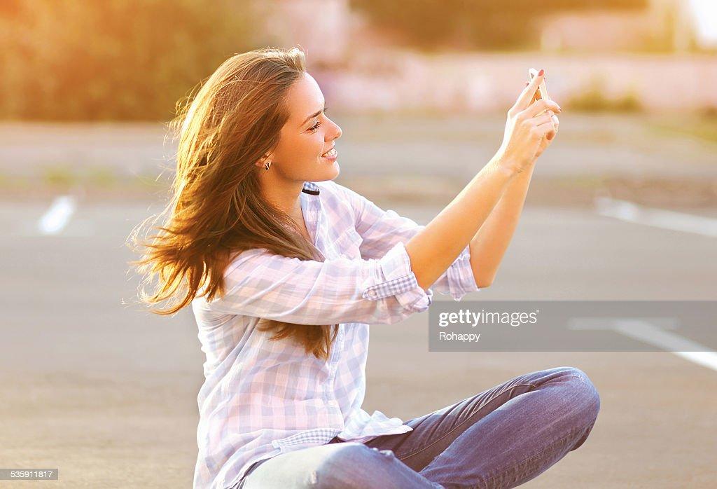 Retrato de estilo de vida feliz Mulher bonita fazendo um auto-retrato o : Foto de stock