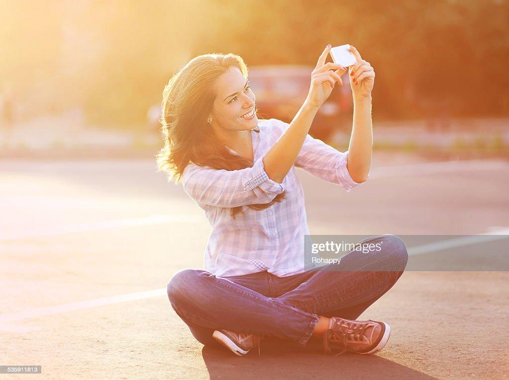 Retrato de estilo de vida de Verão feliz, bela jovem mulher dando um auto- : Foto de stock