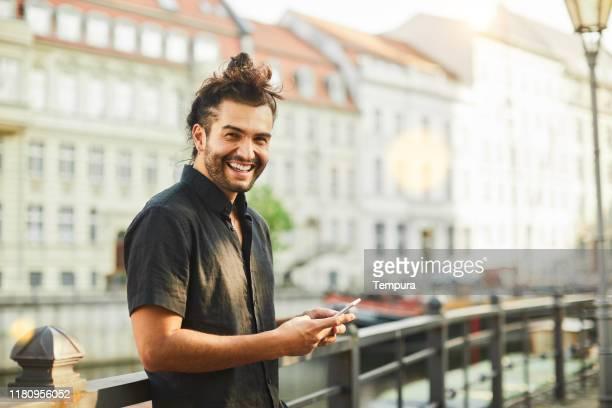 stile di vita giovane per le strade di berlino. - maniche corte foto e immagini stock