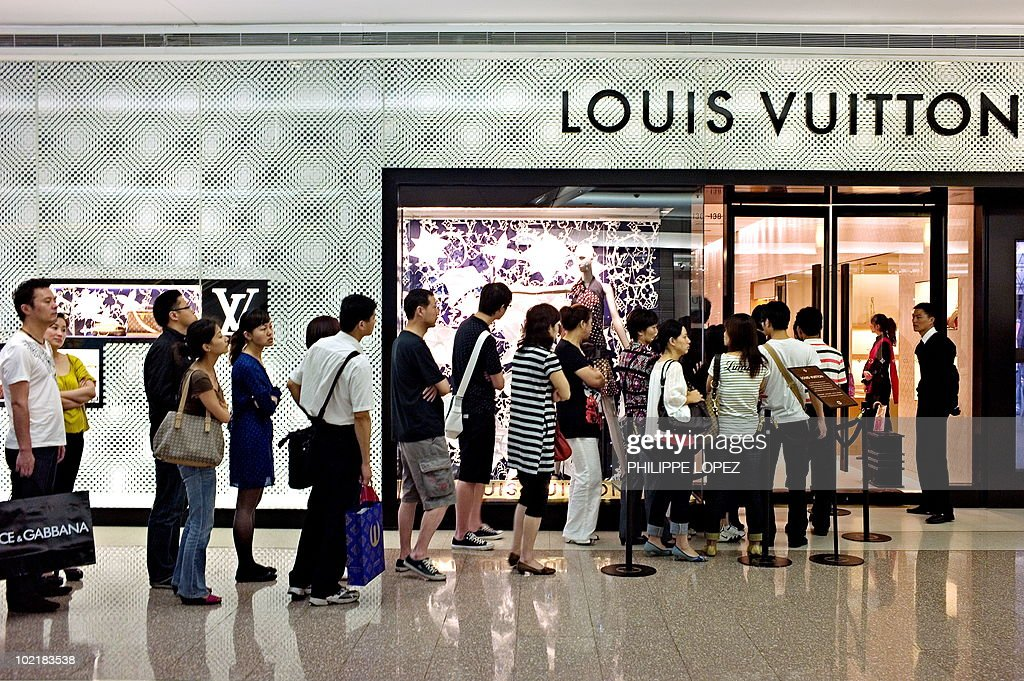TO GO WITH Lifestyle-China-luxury-jewell : News Photo