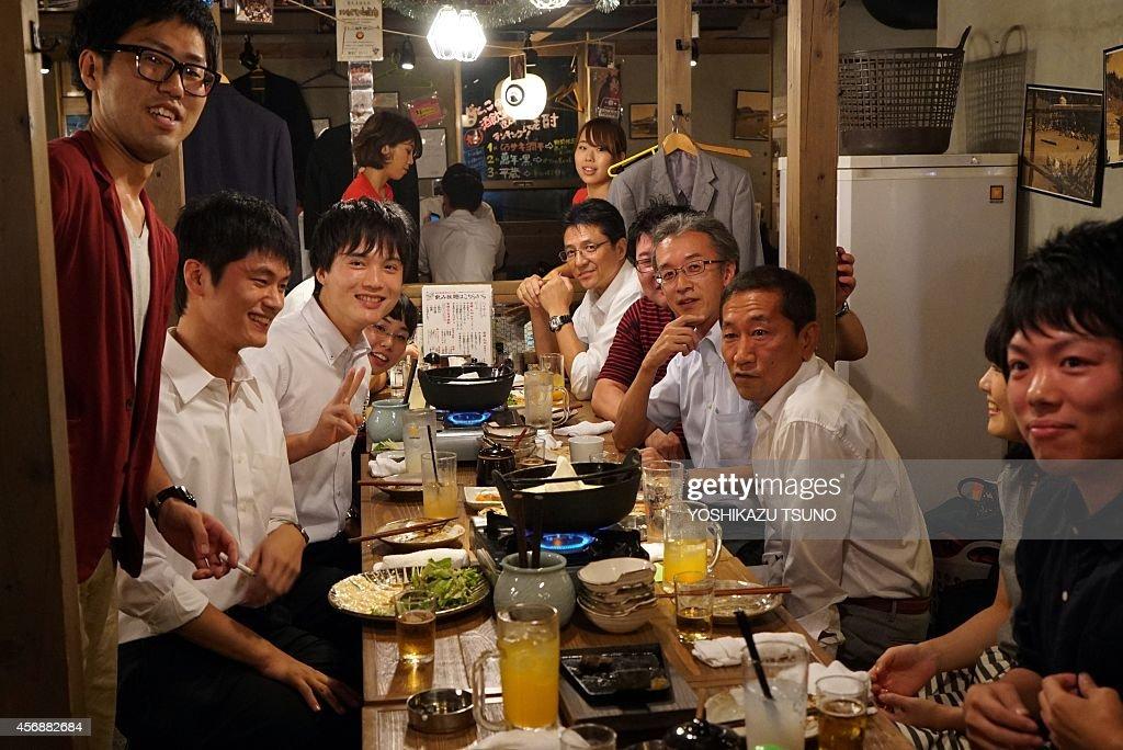 JAPAN-LIFESTYLE-COMMUNITIES-TRIBES-SALARYMEN-EMPLOYMENT : News Photo
