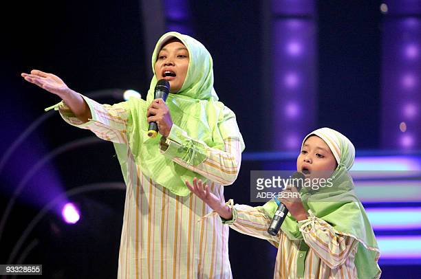 STORY 'LifestyleIndonesiareligionIslammedia' by Presi Mandari This picture taken 07 September 2007 shows a participant and her mother performing a...