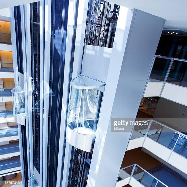 Un ascenseur dans le bâtiment futuriste