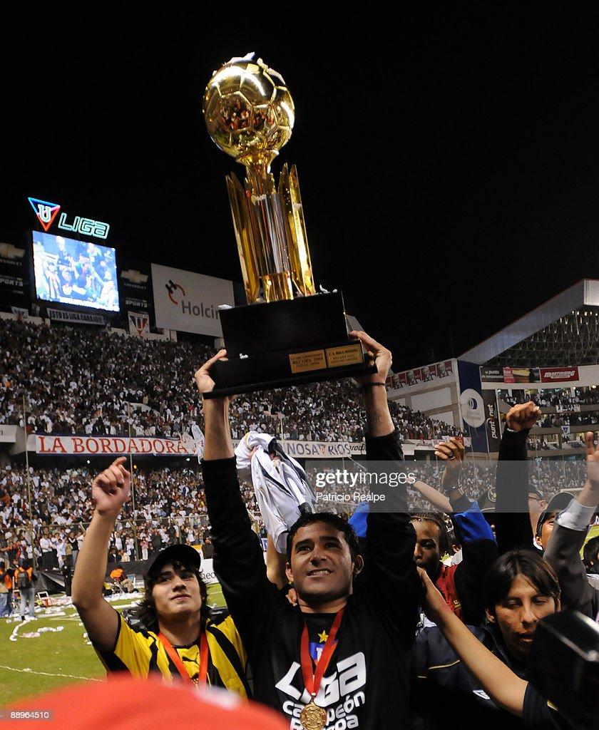 Liga Deportiva Universitaria's Claudio Bieler (C) celebrates after the team's victory against Internacional in a 2009 South American Recopa soccer match at the Casa Blanca Stadium on July 9, 2009 in Quito, Ecuador. LDU won 3-0.