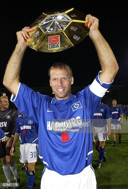 Liga Pokal 2003 Finale Mainz Borussia Dortmund Hamburger SV 24'Hamburger SV DFB Liga Pokal Sieger 2003 ' NicoJan HOOGMA/HSV mit Pokal