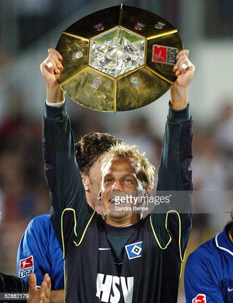 Liga Pokal 2003 Finale Mainz Borussia Dortmund Hamburger SV 24'Hamburger SV DFB Liga Pokal Sieger 2003 ' Torwart Martin PIECKENHAGEN/HSV mit Pokal