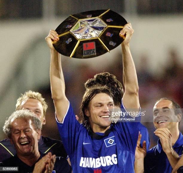 Liga Pokal 2003 Finale Mainz Borussia Dortmund Hamburger SV 24'Hamburger SV DFB Liga Pokal Sieger 2003 ' Jubel Tomas UFJALUSI/HSV mit Pokal