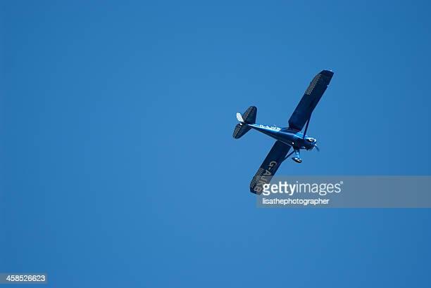 luce aerei volano contro un cielo blu - aereo ultraleggero foto e immagini stock