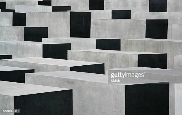 leichte & schatten auf holocaust memorial in berlin - holocaust stock-fotos und bilder