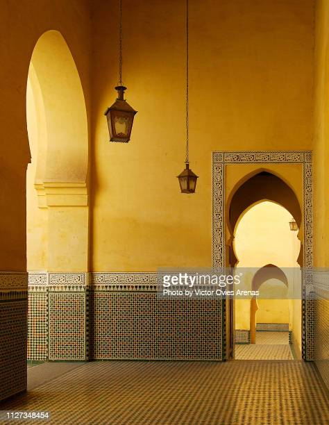 light and shadow contrast in the arches and patios of the mausoleum of moulay ismail ibn sharif in meknes, moroccos - arco architettura foto e immagini stock