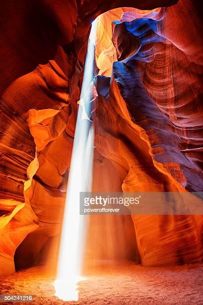 feixe de luz no cabedal antílope canyon no arizona, eua - formação rochosa - fotografias e filmes do acervo
