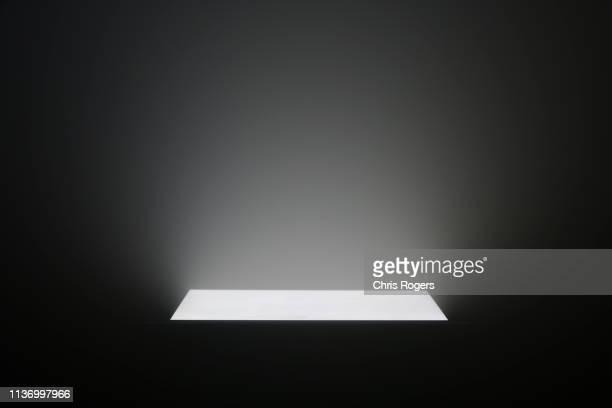 light beams - gloeien stockfoto's en -beelden