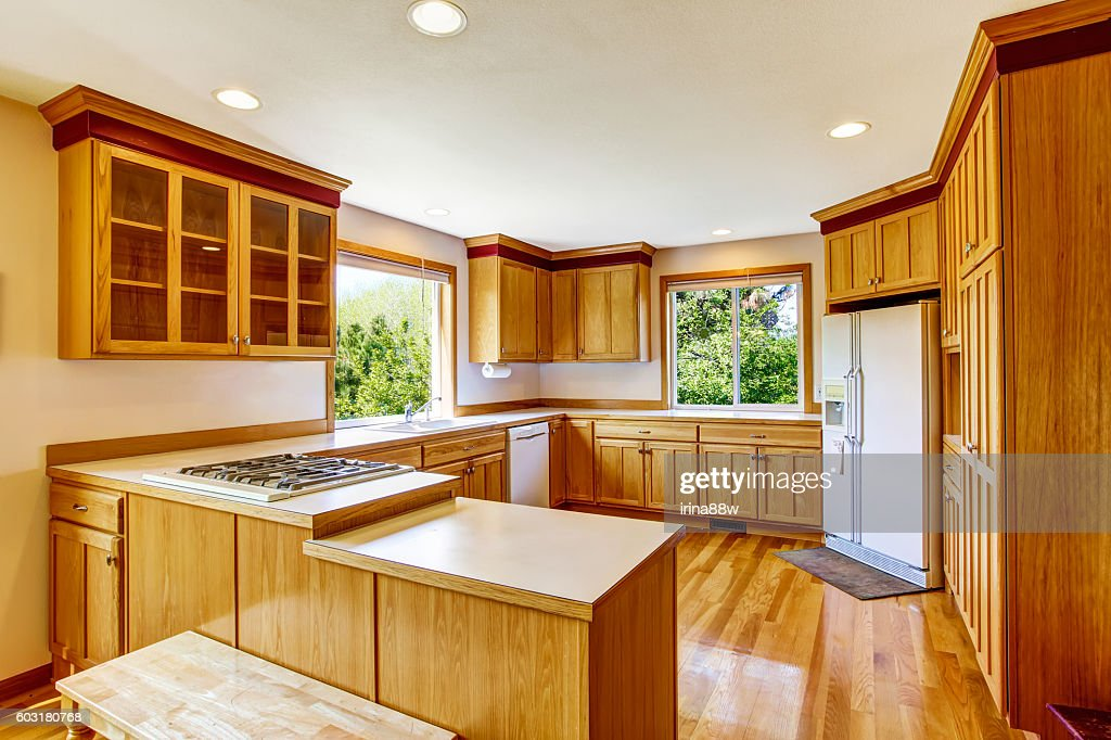 Light Brown Kitchen Cabinets White Appliances And Hardwood Floor Stock Foto Getty Images