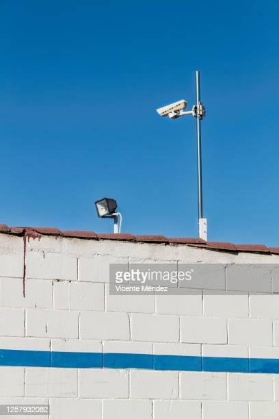 light bulb and security camera - vicente méndez fotografías e imágenes de stock