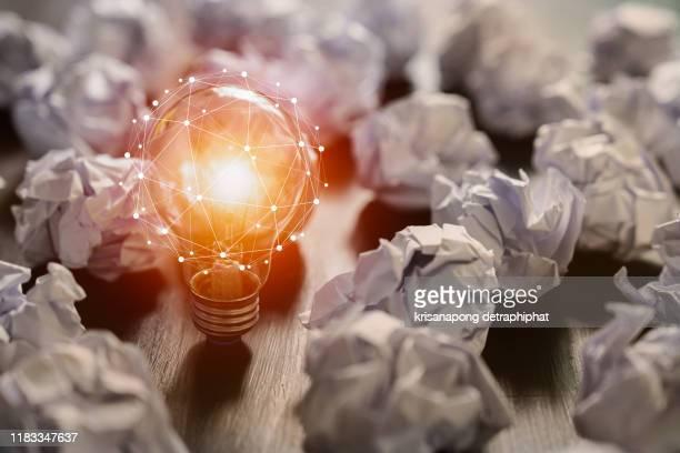 light bulbs concept,ideas of new ideas with innovative technology and creativity. - persuasión fotografías e imágenes de stock