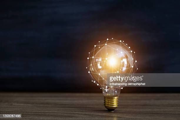 light bulbs concept,ideas of new ideas with innovative technology and creativity. - inspiratie stockfoto's en -beelden