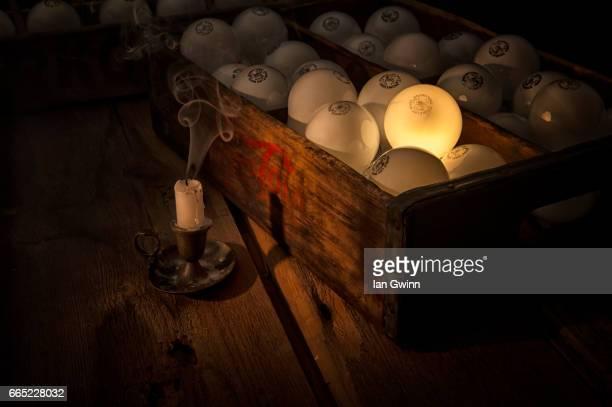 light bulbs in box - ian gwinn stockfoto's en -beelden