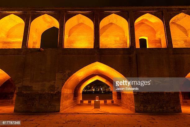 light cascades from iwans lining the khaju bridge at night during nowruz iranian new year. - ハージュ橋 ストックフォトと画像
