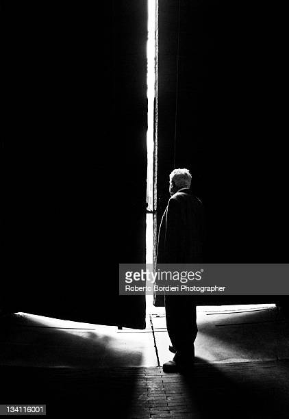 light coming from door - roberto bordieri ストックフォトと画像