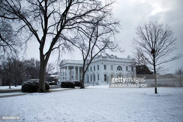 A light dusting of snow is seen at the White House on January 30 2017 in Washington DC / AFP / Brendan Smialowski