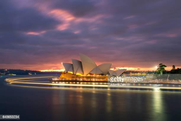 light flow of sydney opera house - teatro de ópera fotografías e imágenes de stock