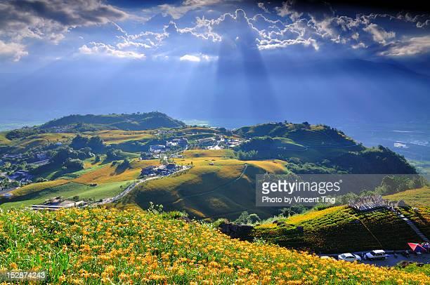 light from heaven - comté de hualien photos et images de collection