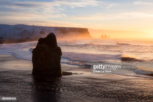 light on reynisfjara beach - marée stock pictures, royalty-free photos & images