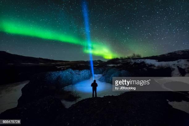 Light painting durante l'aurora boreale islandese