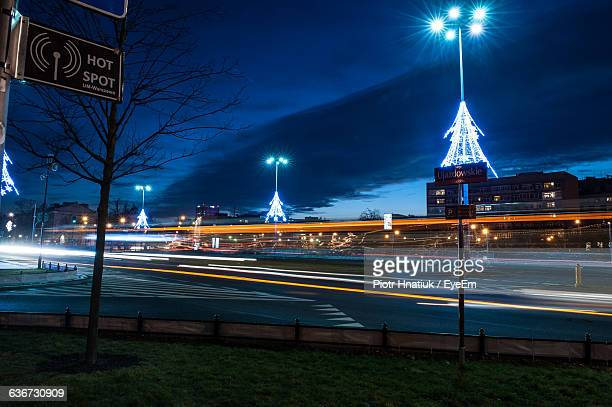 light trail on street against sky at night - piotr hnatiuk photos et images de collection