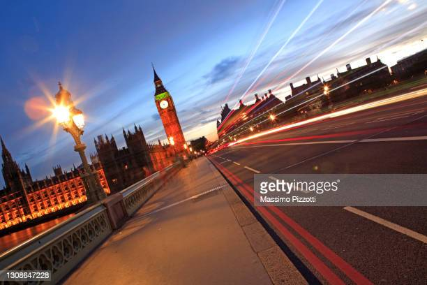 light trails at westminster and big ben in london - massimo pizzotti foto e immagini stock