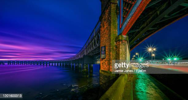 light trails on bridge over road against sky at night - dundee scotland stock pictures, royalty-free photos & images