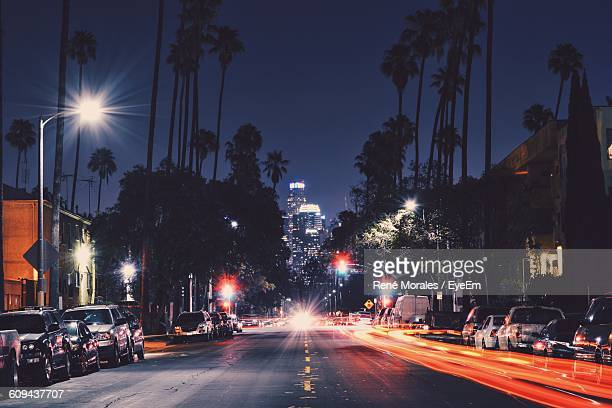 light trails on city street against sky at night - cidade de los angeles imagens e fotografias de stock