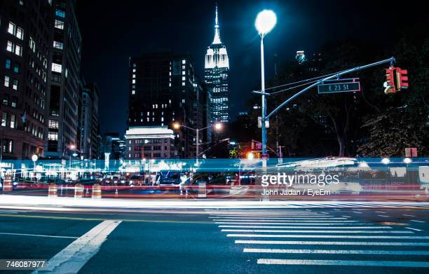 light trails on city street at night - luce stradale foto e immagini stock