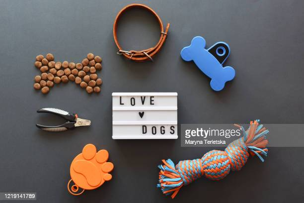lightbox with the inscription love pets, food and accessories. - riem persoonlijk accessoire stockfoto's en -beelden