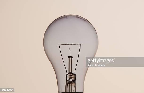 lightbulb in studio - incandescent bulb fotografías e imágenes de stock