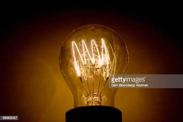 lightbulb - incandescent bulb fotografías e imágenes de stock
