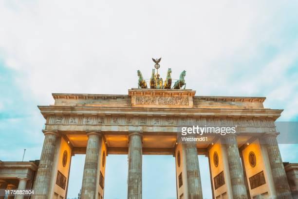lighted brandenburger tor, berlin, germany - brandenburg gate stock pictures, royalty-free photos & images
