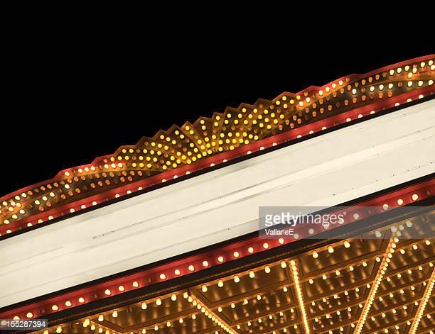 Beleuchtete Anzeigetafel für Kino oder Theater bei Nacht mit Textfreiraum