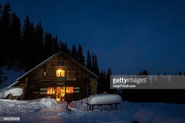 Aufgehellt mountain Hütte in den österreichischen Alpen