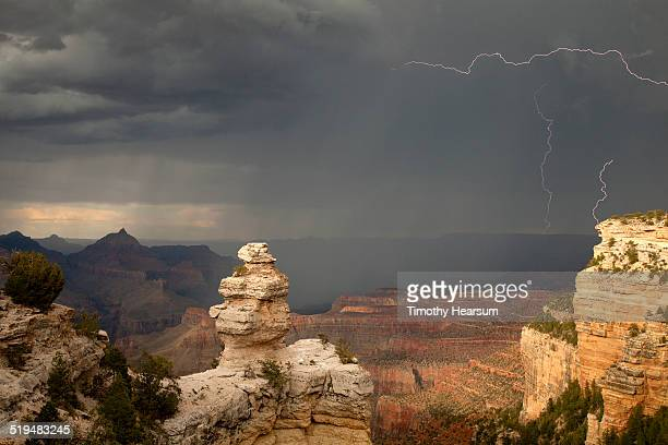 lightening, rain, sun at grand canyon, south rim - timothy hearsum photos et images de collection