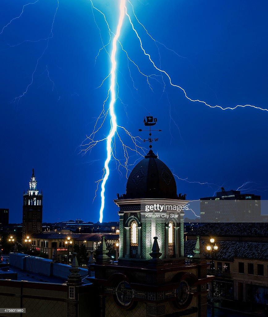 Lightning strikes in Kansas City : News Photo