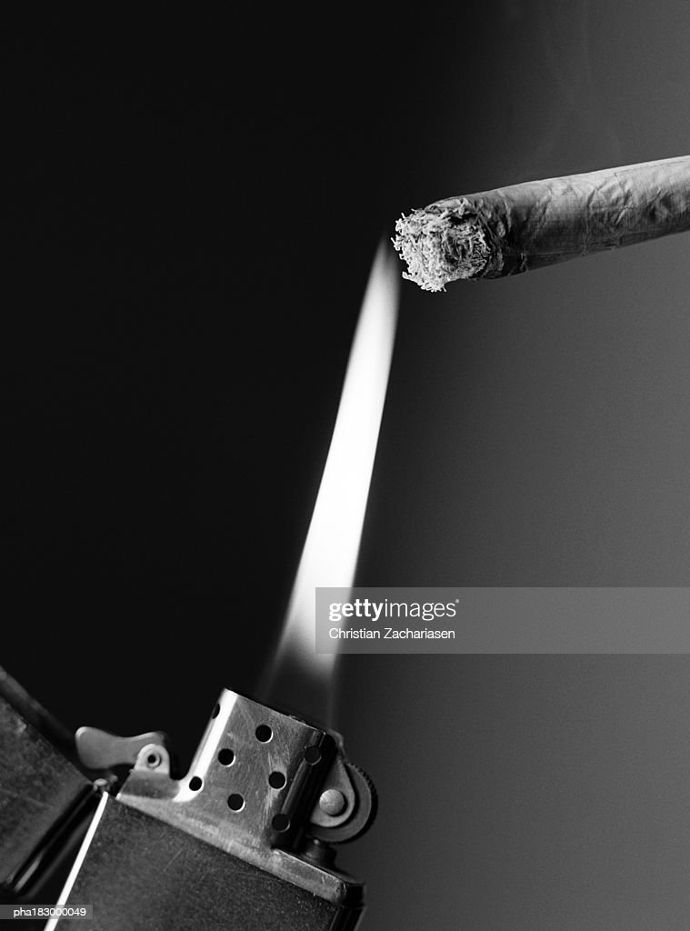 Lighter and cigarette, close-up, b&w : Stockfoto