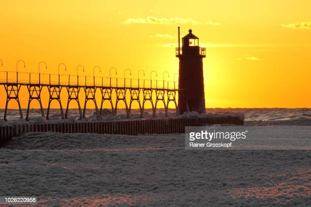 lighthouse at sunset in winter - rainer grosskopf fotografías e imágenes de stock