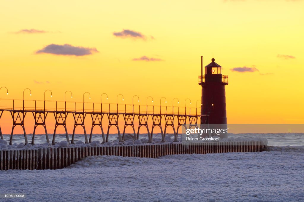 Lighthouse at sunset in winter : Foto de stock