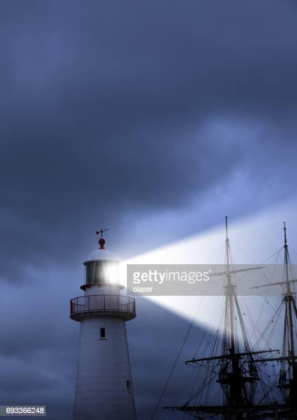 Leuchtturm, Strahl, schlechtes Wetter und alten Schiff ganz in der Nähe