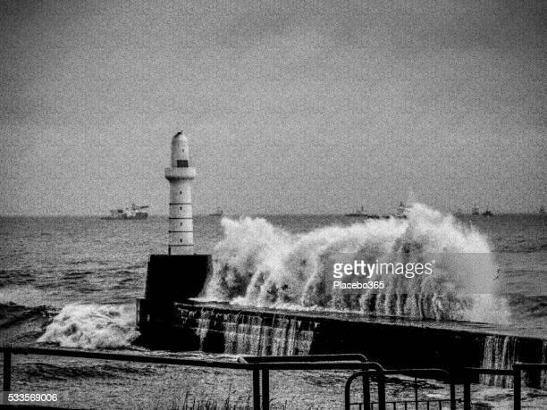 Faro inghiottito dal fallimento tempesta onde, Aberdeen, Regno Unito