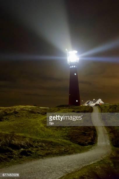 Vuurtoren in de nacht op het eiland Schiermonnikoog in Nederland