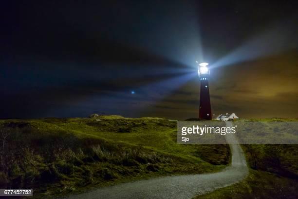 vuurtoren in de nacht op het eiland schiermonnikoog in nederland - noord holland stockfoto's en -beelden