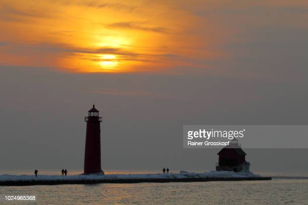 lighthouse on lake michigan at sunset in winter - rainer grosskopf fotografías e imágenes de stock