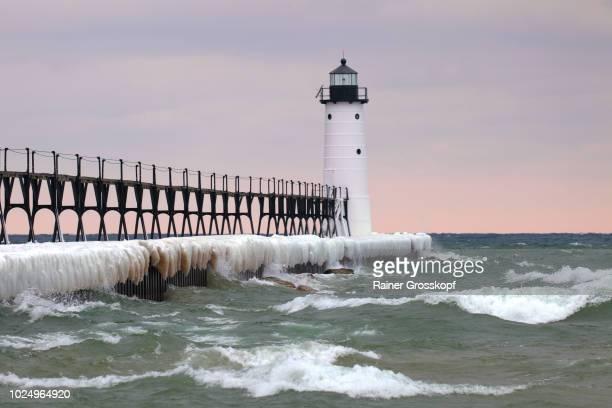 lighthouse on lake michigan in winter - rainer grosskopf fotografías e imágenes de stock